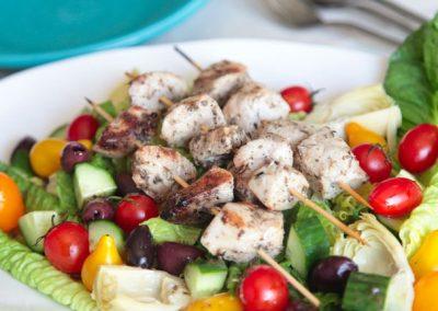 Griechischer Paleo Salat mit Hähnchenspießen