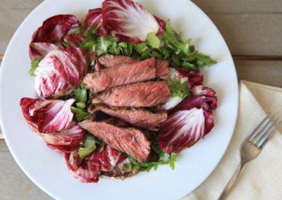 Lecker und gesund: Rindfleischscheiben auf einem Salat