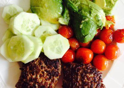 Rindfleischpatties mit Avokado, Tomaten und Gurken